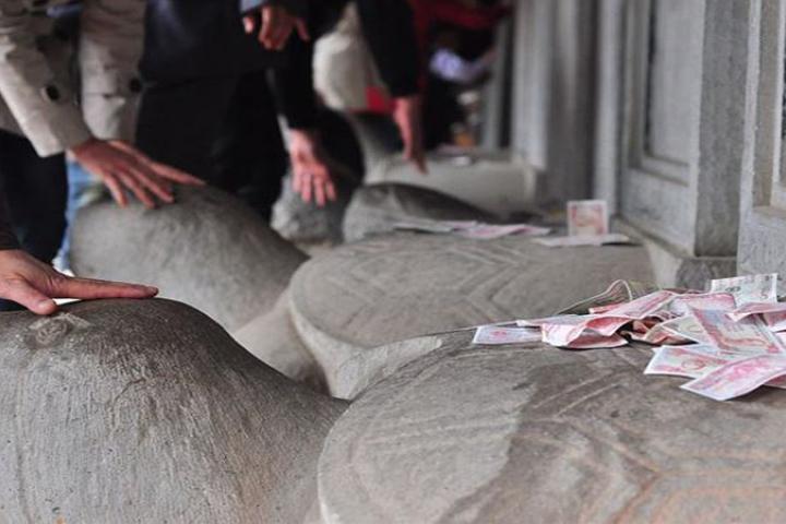 Hàng ngàn phụ huynh và sĩ tử sờ đầu rùa cầu may trước kỳ thi THPT