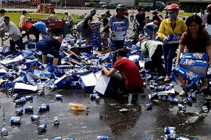 Người dân hôi của cướp bia trắng trợn ở Biên Hòa