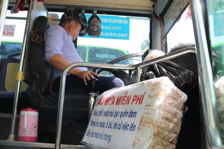 Tài xế xe buýt bẻ lát đột ngột vào vỉa hè bắt cướp