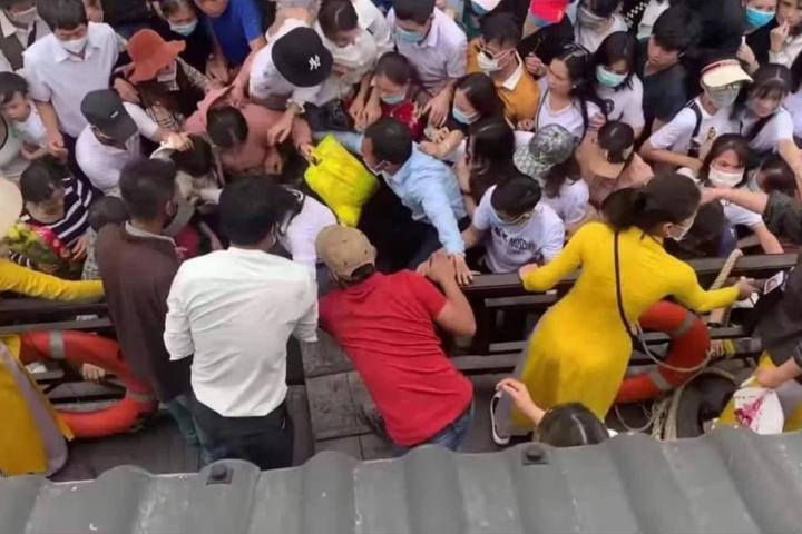 Hàng ngàn người chen lấn để lên thuyền tại chùa Tam Chúc
