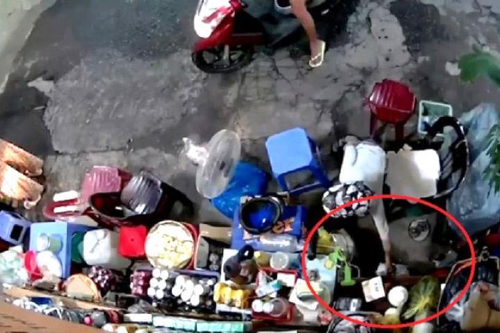 Người phụ nữ xúi bé trai trộm tiền của bà cụ bán cà phê