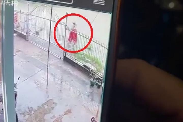 Camera ghi lại thời điểm người phụ nữ ở Đồng Nai bị lọt xuống mương nước mất tích