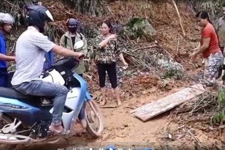 Công an xã bảo kê thu tiền xe máy qua đường sạt lở ở Yên Bái - Tin tức 24h