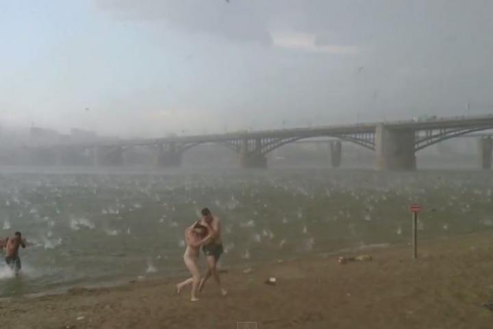 Người dân hoảng loạn vì trận mưa đá giống ngày tận thế