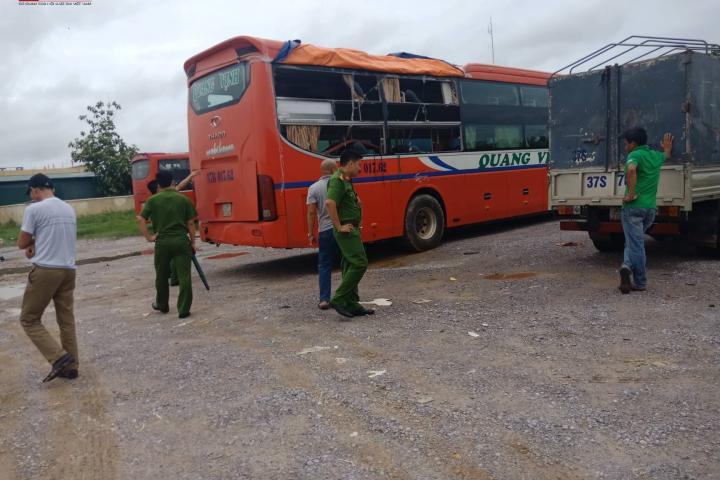 2 xe tải dàn trận đâm hỏng xe khách trên QL1A