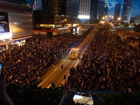 Hong Kong: Biển người biểu tình 'rẽ sóng' nhường lối cho xe cứu thương