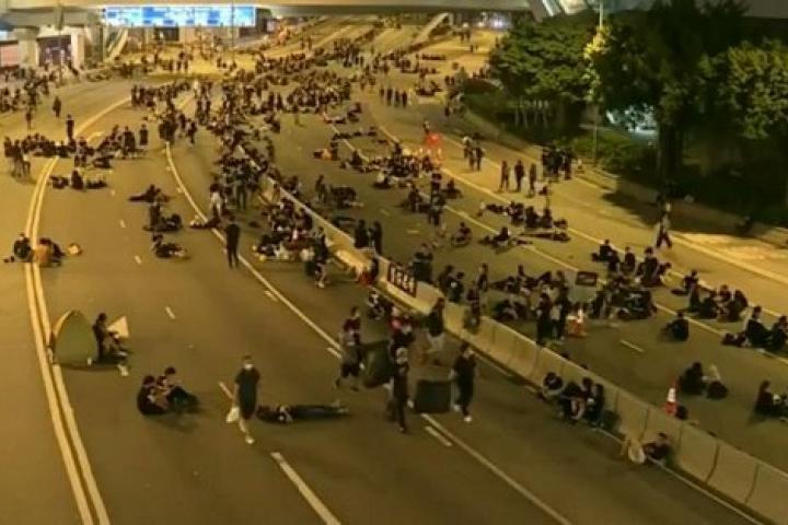 Người dân ở lại đến sáng dọn sạch rác sau cuộc biểu tình 2 triệu người